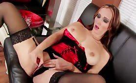 Chefin spielt im Büro mit ihrem Sexspielzeug