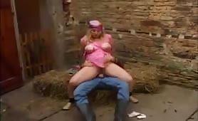 Mollige Frau lässt ihre dicken Titten wackeln