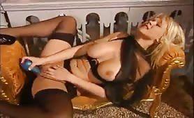 Blondine mit großen Titten bekommt einen ausgiebigen Fick