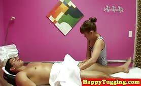 Asiatin versorgt bei einer Massage seinem Schwanz einen Handjob
